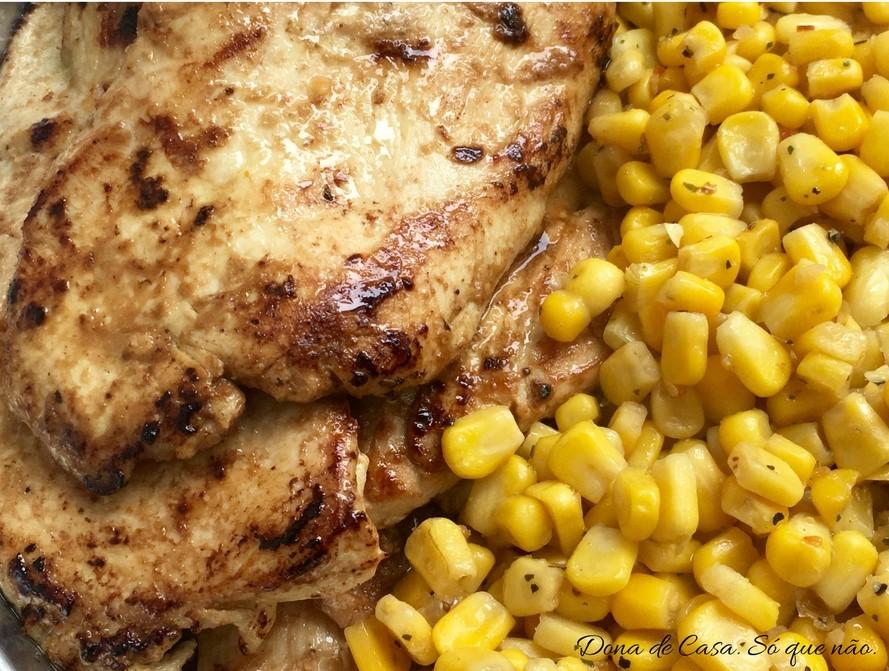 Bife de frango com milho na manteiga.Dona de Casa. Só que não.