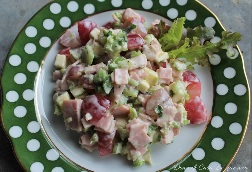 Salada Crocante e Refrescante de Uva, Presunto e Salsão.